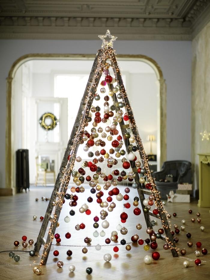 Escabeau décoré avec une étoile au sommet et des boules de noël.